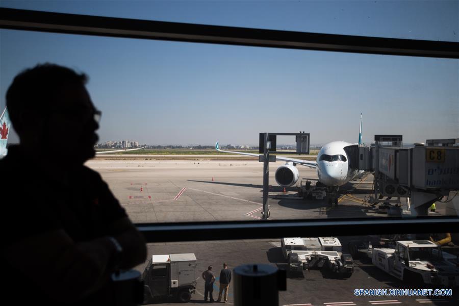 TEL AVIV, marzo 26, 2017 (Xinhua) -- Un viajero observa un avión de pasajeros Airbus A350-900 en el Aeropuerto Internacional Ben Gurion en Tel Aviv, Israel, el 26 de marzo de 2017. Cathay Pacific lanzó el domingo una nueva ruta de vuelo que une a Hong Kong con Tel Aviv. La aerolínea operará 4 vuelos semanales en esta ruta, con un vuelo adicional cada semana durante la temporada alta. (Xinhua/Guo Yu)