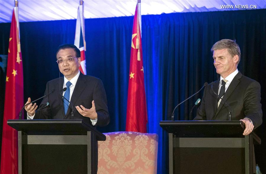 Chinese Premier Li Keqiang (L) and his New Zealand