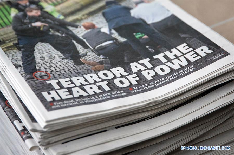 """LONDRES, marzo 23, 2017 (Xinhua) -- Diarios con noticias del atentado terrorista son exhibidos en el centro de Londres, Reino Unido, el 23 de marzo de 2017. Un ciudadano chino ha resultado herido a consecuencia del ataque terrorista perpetrado el miércoles a las afueras del recinto del Parlamento británico en Londres, confirmó el jueves la embajada de China en Reino Unido. La última información publicada en el sitio web de la Embajada china recomienda a los ciudadanos chinos en este país europeo que eviten acudir a los lugares públicos concurridos o salir solos durante la noche. Según las autoridades policiales londinenses, cinco personas murieron y aproximadamente 40 sufrieron lesiones de distinta consideración, de las que siete están en estado crítico, durante el ataque terrorista del miércoles, el cual la primera ministra británica, Theresa May, tildó de """"repulsivo y depravado"""". (Xinhua/Rob Pinney/London News Pictures/ZUMAPRESS)"""
