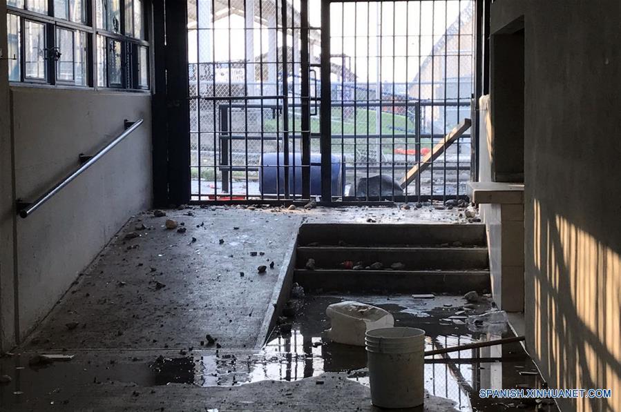 NUEVO LEON, marzo 27, 2017 (Xinhua) -- Imagen cedida por el Periódico ABC, de las instalaciones del Centro de Readaptación Social (Cereso) de Cadereyta luego de que se reportara un motín al interior, en Cadereyta Jiménez, estado de Nuevo León, México, el 27 de marzo de 2017. De acuerdo con información de la prensa local, al menos 45 personas, entre ellas integrantes de Fuerza Civil e internos, resultaron heridos luego de que se registrara un motín al interior del Cereso de Cadereyta, donde también autoridades locales reportaron un incendio. (Xinhua/Periódico ABC)
