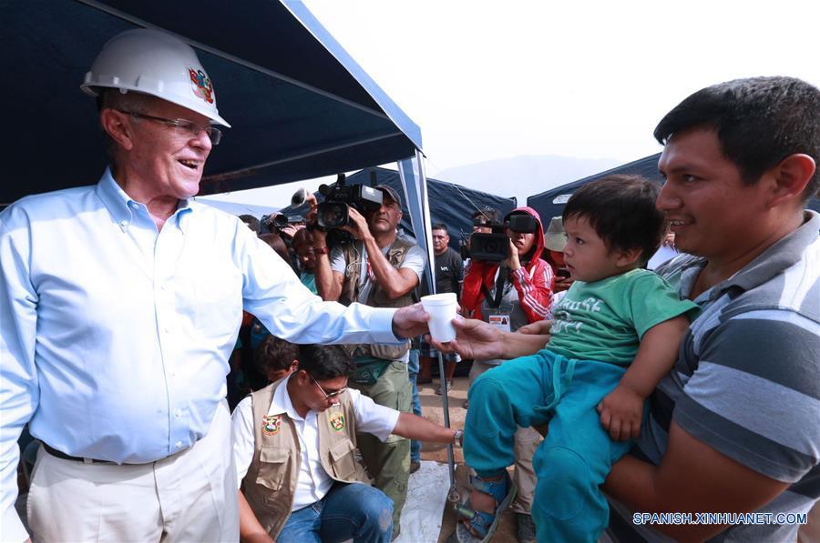 LIMA, marzo 28, 2017 (Xinhua) -- El presidente de Perú, Pedro Pablo Kuczynski (i), interactúa con los residentes durante su visita a la zona de El Chaparral en Carapongo, y Huachipa en Lurigancho afectados por las intensas lluvias, en la provincia de Lima, Perú, el 28 de marzo de 2017.
