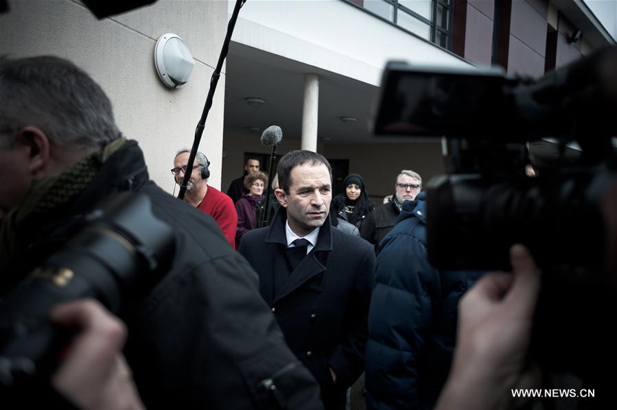 Présidentielle : lâché par Valls, Hamon appelle la gauche à se rassembler (SYNTHÈSE)