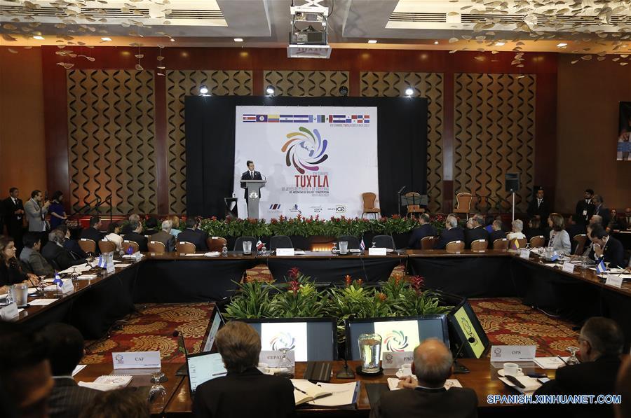 SAN JOSE, marzo 29, 2017 (Xinhua) -- El presidente de México, Enrique Peña Nieto, pronuncia un discurso durante la inauguración de la XVI Cumbre de Jefes de Estado y de Gobierno del Mecanismo de Diálogo y Concertación de Tuxtla, en Escazú, en la provincia de San José, Costa Rica, el 29 de marzo de 2017. La XVI Cumbre de Jefes de Estado y de Gobierno del Mecanismo de Diálogo y Concertación de Tuxtla inició el miércoles en la ciudad de San José en Costa Rica con la presencia de los representantes regionales. En el encuentro participan los presidentes de México, Enrique Peña Nieto, de Colombia, Juan Manuel Santos, de Guatemala, Jimmy Morales y de Panamá, Juan Carlos Varela. (Xinhua/Kent Gilbert)