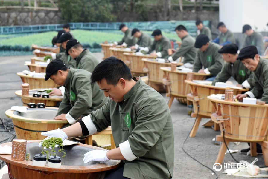 Hangzhou : Compétition de talents en matière de torréfaction du thé Longjing