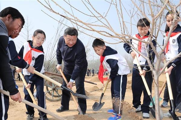 شي يدعو لفهم وحماية الطبيعة خلال مشاركته في نشاط زرع الأشجار
