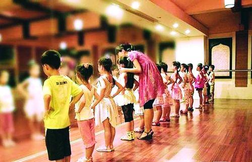 在培训班里,孩子们在上课。(资料图)