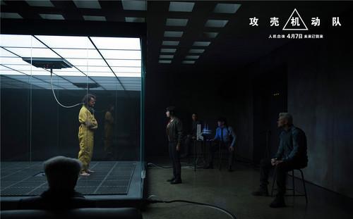 少佐审问在审讯室中的疑犯