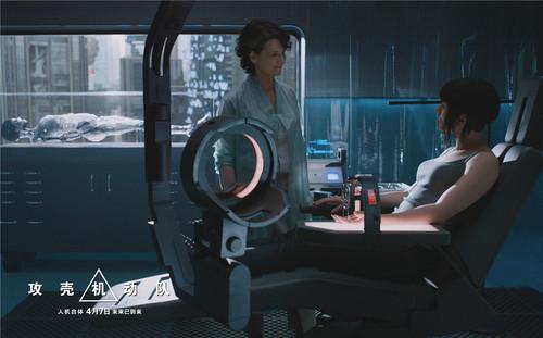 少佐与欧莱博士交谈