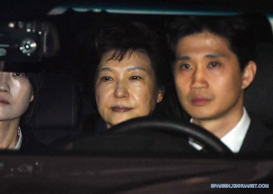SEUL, marzo 31, 2017 (Xinhua) -- La expresidenta de República de Corea, Park Geun-hye (c), es transferida en automóvil a una casa de detención desde la Corte de Distrito Central de Seúl, República de Corea, el 31 de marzo de 2017. La expresidenta de la República de Corea Park Geun-hye fue arrestada en las primeras horas del viernes luego de que un tribunal de Seúl aprobara la solicitud de los fiscales tras su destitución a principios de este mes por un escándalo de corrupción en el que estuvo involucrada. (Xinhua/NEWSIS)