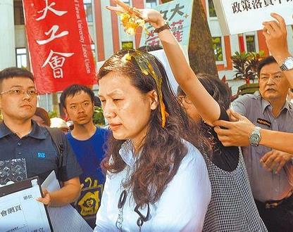 台湾政治大学女学生高若想拿鸡蛋在王淑娟头上捏爆。
