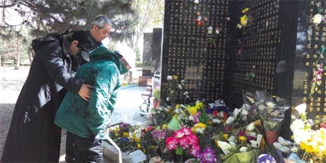 熊家瑞家人在长青园遗体捐献者墓碑前鞠躬。