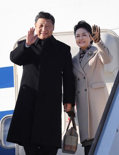 4月4日,国家主席习近平乘专机抵达赫尔辛基,开始对芬兰共和国进行国事访问。这是习近平和夫人彭丽媛步出舱门。