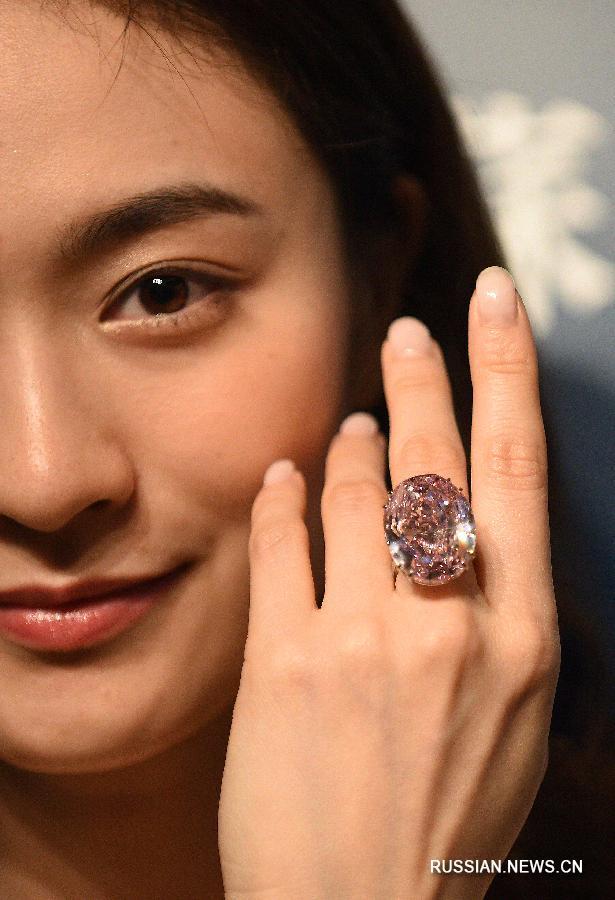 "Бриллиант ""Розовая звезда"" продан на аукционе в Сянгане за рекордную сумму в 71,2 млн долларов США"
