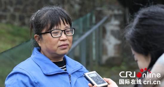 中国大熊猫保护研究中心都江堰基地大熊猫饲养员徐娅琳接受记者采访