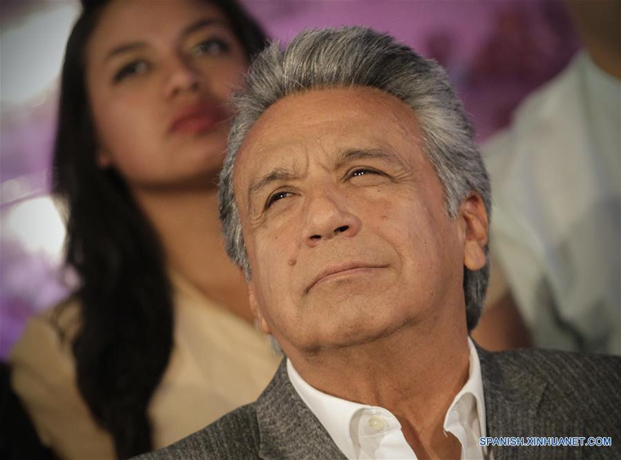 QUITO, abril 4, 2017 (Xinhua) -- El candidato a la presidencia de Ecuador por el oficialista movimiento Alianza País, Lenín Moreno, reacciona luego de conocer los datos oficiales del Consejo Nacional Electoral (CNE) sobre la segunda vuelta de las elecciones presidenciales, en la Casa de Campaña en Quito, capital de Ecuador, el 4 de abril de 2017. El candidato presidencial oficialista, Lenín Moreno, es el nuevo presidente de Ecuador tras ganar con el 51.16 por ciento de los votos válidos en la segunda vuelta de las elecciones presidenciales celebradas el domingo, informó el martes el Consejo Nacional Electoral (CNE). (Xinhua/Santiago Armas)