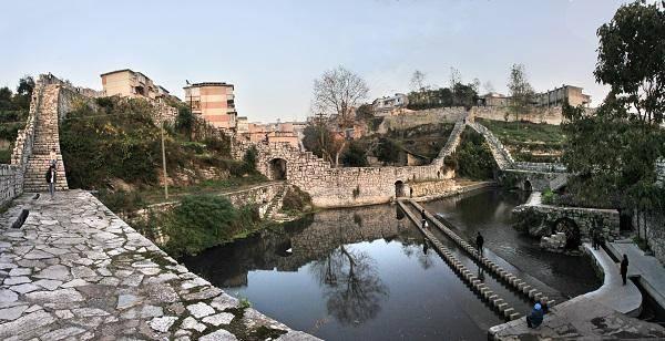 著名旅游景点:福泉山,葛镜桥,蛤蚌河风景区,洒金谷,水城小西门等.