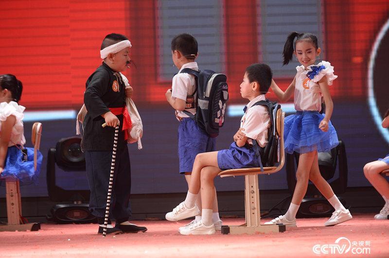 孩子们正在表演每天乘坐公交车抢座位的现象。