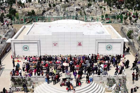 昨日,在薛岭山陵园的新公墓前,众多市民前来祭扫。