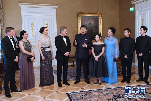 الرئيسان الصيني والفنلندي يلتقيان برياضيين فى بطولة رياضية شتوية