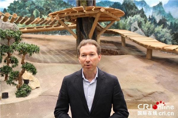 欧维汉兹动物园园长Robin-de-Lange接受记者采访
