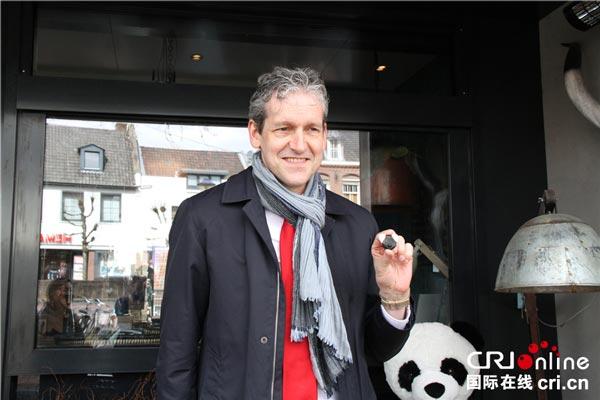 荷兰雷嫩市长Hans-van-der-Pas接受记者采访