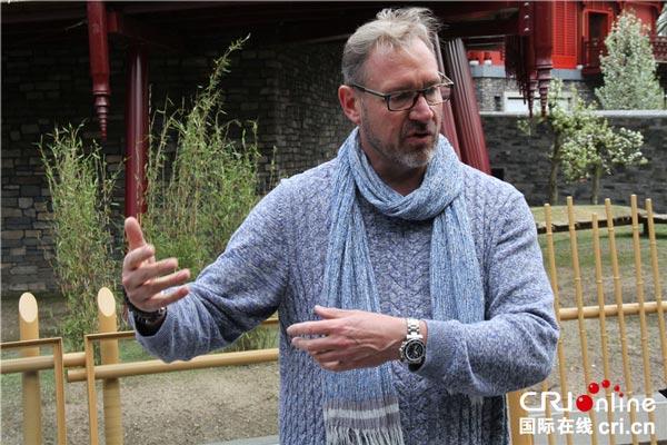 欧维汉兹动物园中国熊猫馆主管Dirk-Jan-van-der-Kolk接受记者采访