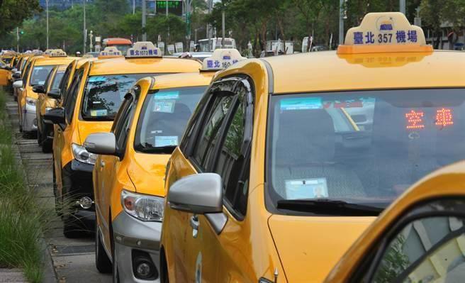 有台湾出租车司机表示,从去年开始生意一落千丈,收入少近60%,最主要是大陆游客不来。