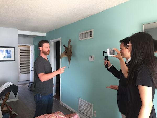 米德尔布什在位于海湖庄园湖对岸的公寓内接受记者采访。(新华社记者孟娜摄)