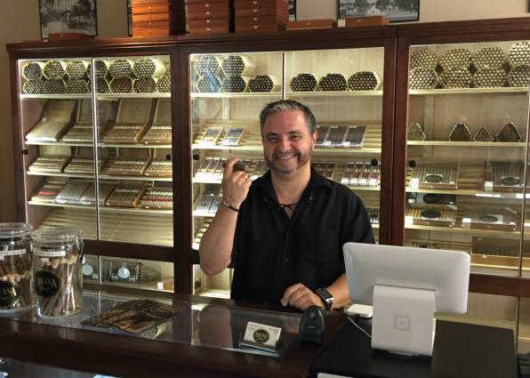 海湖庄园附近一家雪茄制作店店主拉扎罗·金塔纳。(新华社记者陆佳飞摄)