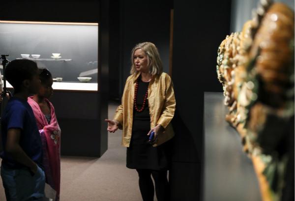 劳里·巴恩斯正在展馆内向小学生介绍中国文物。(新华社记者王迎摄)