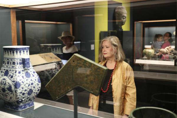 劳里·巴恩斯正在展馆内观看中国文物。(新华社记者王迎摄)