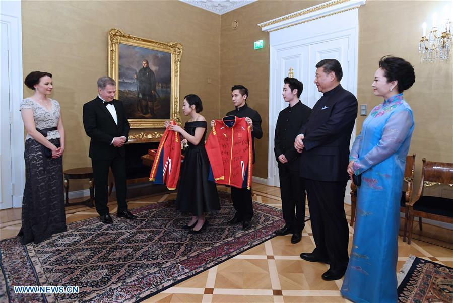 Les présidents chinois et finlandais rencontrent des patineurs des deux pays
