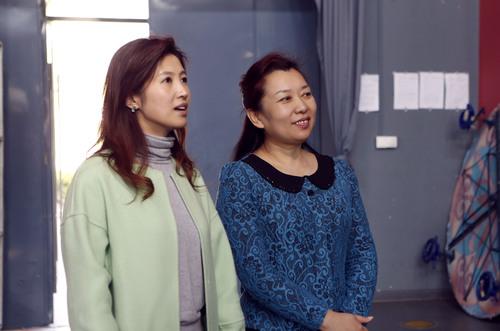 1.春妮在中国杂技团团长张红引导下参观排练厅
