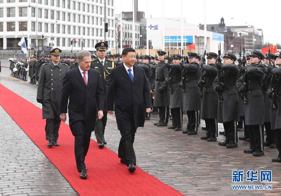 4月5日,国家主席习近平在赫尔辛基同芬兰总统尼尼斯托举行会谈。会谈前,习近平出席尼尼斯托在总统府庭院举行的隆重欢迎仪式。 新华社记者饶爱民 摄