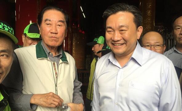"""民进党""""立委""""王定宇(右)今在前台南县长陈唐山陪同下,举行记者会宣布投入民进党台南市长初选。"""