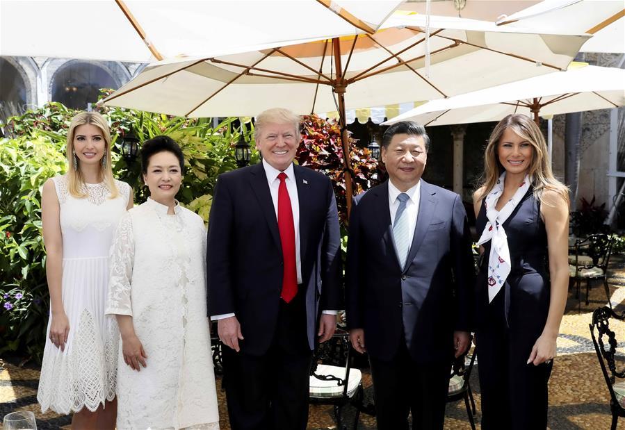 MAR A LAGO, abril 7, 2017 (Xinhua) -- El presidente chino Xi Jinping (2-d) y su esposa Peng Liyuan (2-i), posan para una fotografía con el presidente estadounidense Donald Trump (c), su esposa Melania Trump (d) y su hija Ivanka Trump (i), en la residencia de Mar-a-Lago en Florida, Estados Unidos, el 7 de abril de 2017. (Xinhua/Lan Hongguang)