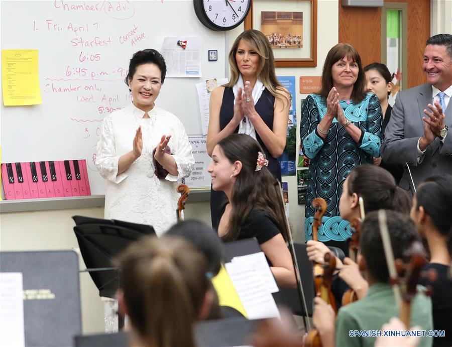 PALM BEACH, abril 7, 2017 (Xinhua) -- Peng Liyuan (i), esposa del presidente chino Xi Jinping, y la primera dama estadounidense Melania Trump (2-i), aplauden una presentación de estudiantes durante su visita a la Secundaria Bak de Artes en Palm Beach Occidental, Florida, Estados Unidos, el 7 de abril de 2017. (Xinhua/Wang Ye)