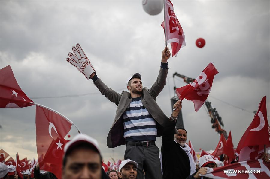 Turquie : Des partis politiques rivaux organisent des rassemblements une semaine avant le référendum
