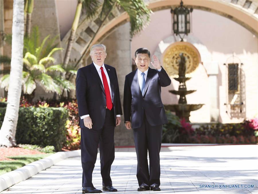 El presidente de China, Xi Jinping (d) y su homólogo de Estados Unidos, Donald Trump, dan un paseo para analizar temas de cooperación bilateral en la residencia de Mar-a-Lago, en Florida, Estados Unidos, el 7 de abril de 2017. Los dos líderes sostuvieron su segunda ronda de conversaciones el viernes en Mar-a-Lago. (Xinhua/Lan Hongguang)
