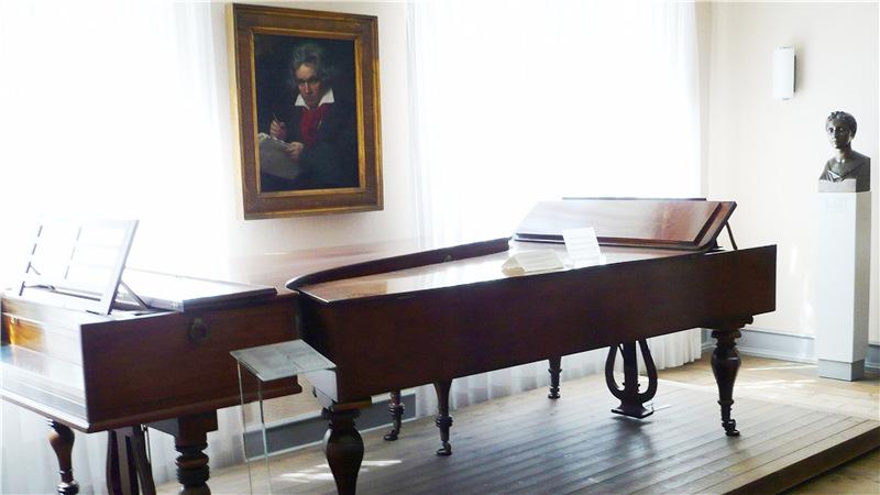 ▲贝多芬位于波恩的故居内景, 图中为贝多芬用过的钢琴,墙上可见施帝勒(Joseph Karl Stieler)的那幅著名的贝多芬肖像画。