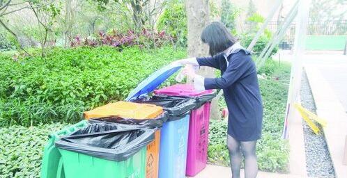 ■小区居民主动把垃圾进行分类,并投放到合适的垃圾桶里。
