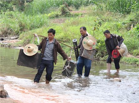 三兄弟走在山路上