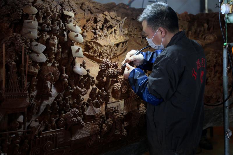 Exquise œuvre d'art sculptée en bois : « Scènes de vie le long de la rivière Bianhe le jour Qingming »