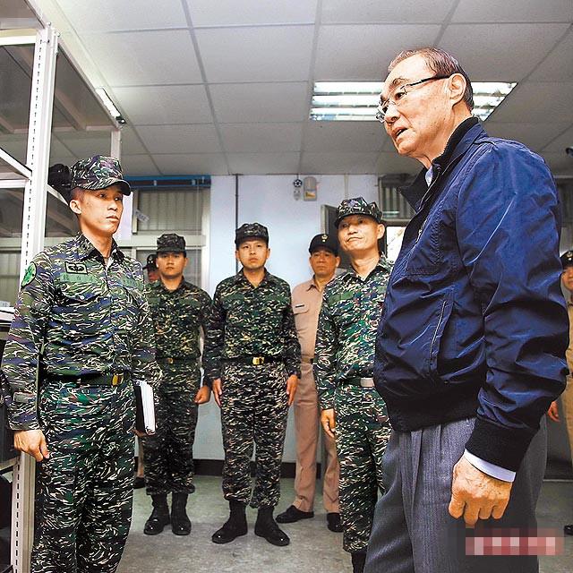 台湾防务部门负责人冯世宽(右)。(图片取自台媒)