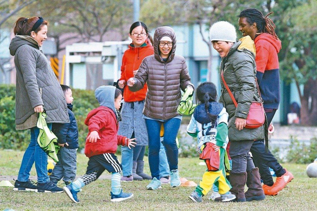 """台湾卫生福利部门负责人陈时中表示,少子化是台湾安全问题。(图片来源:台湾""""中时电子报"""")"""