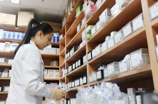 图为药库人员分装药品,为减少患者的药费负担,药剂科人员增加了拆零的工作量