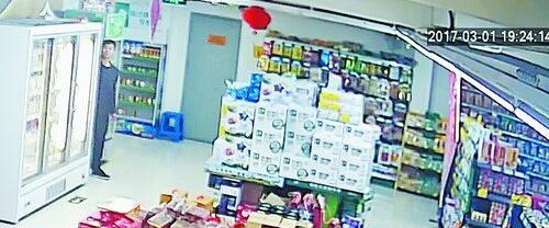 这名消费者将鼓浪屿馅饼偷偷藏在冰箱后