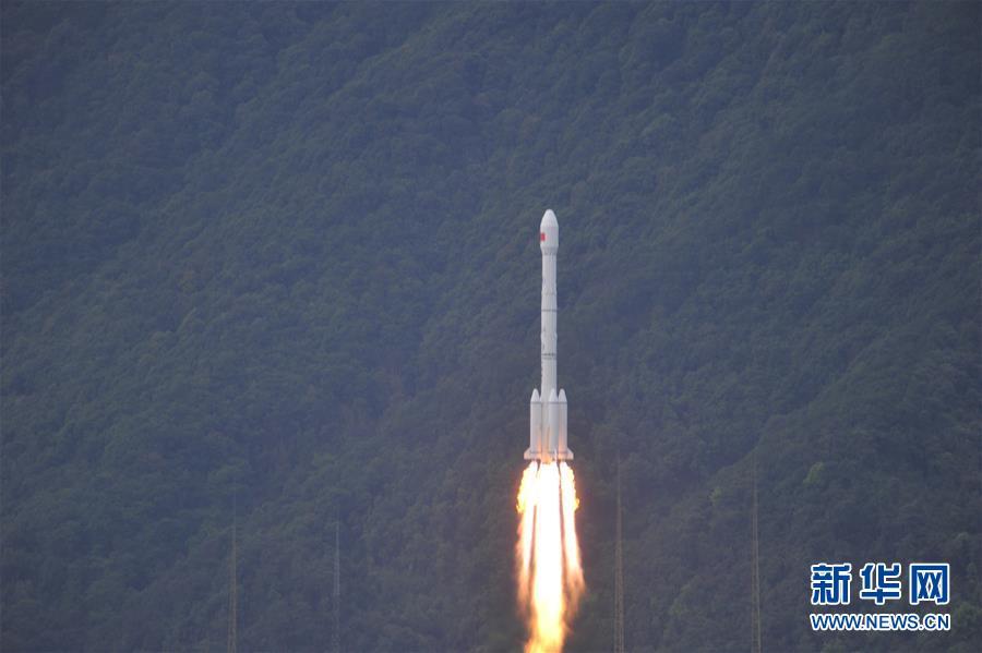 La Chine lance son premier satellite de télécommunications à haut débit