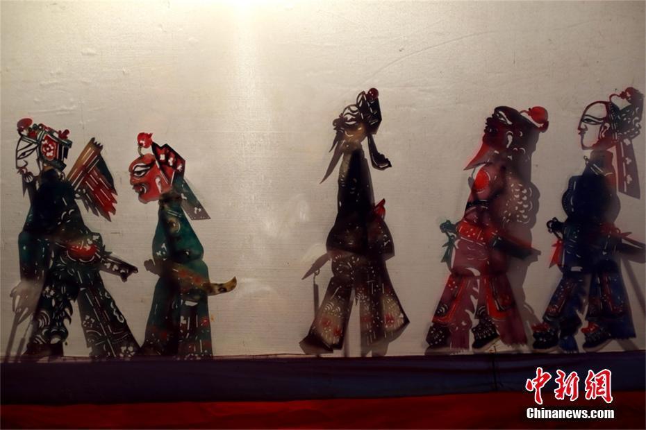 Hubei : un vieillard consacre toute sa vie à perpétuer les ombres chinoises