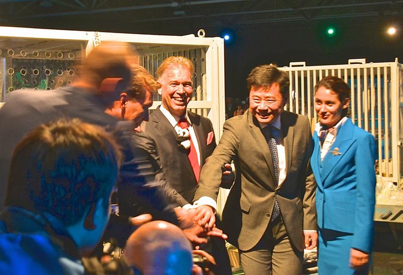 中国驻荷兰大使吴恳和动物园馆长出席欢迎仪式。(摄影黄锦鸿